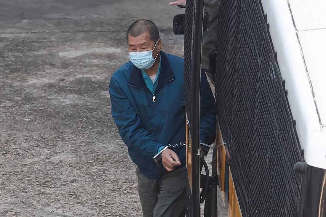 Mediemogulen och Pekingkritikern Jimmy Lai då han eskorterades tillbaka till det fängelse i Hongkong där han sitter frihetsberövad på torsdagen.