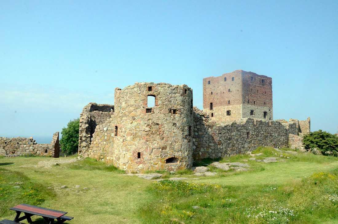 Hammershus på norra Bornholm är Europas största borgruin, med anor från 1200-talet.