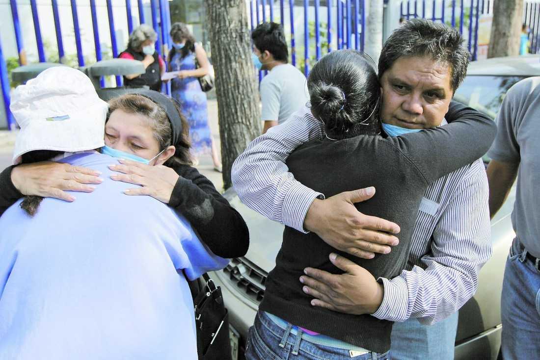 Tröst Jorge Guzmans 23-årige son dog, men än vet inte familjen om det var svininfluensan som tog hans liv. 1 600 fall har rapporterats in till myndigheterna, men det är oklart hur många av dem som faktiskt drabbats av den smittsamma sjukdomen.