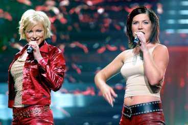 """här sjunger de i schlager-EM Nina och Kim i Friends framför """"Listen to your heartbeat"""" på Idrottsparken i Köpenhamn. Totalt slutade de femma i tävlingen."""