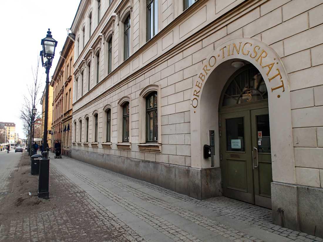 Den misstänkte 38-åringen häktades i sin frånvaro vid Örebro tingsrätt på fredagen. Arkivbild.