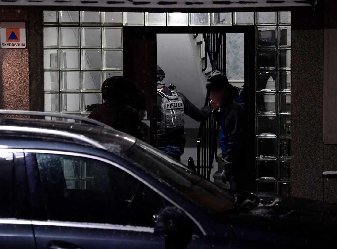 Strax efter skottlossningen slog polisen till mot en bostad i Jakobsberg och hämtade med en person till förhör.