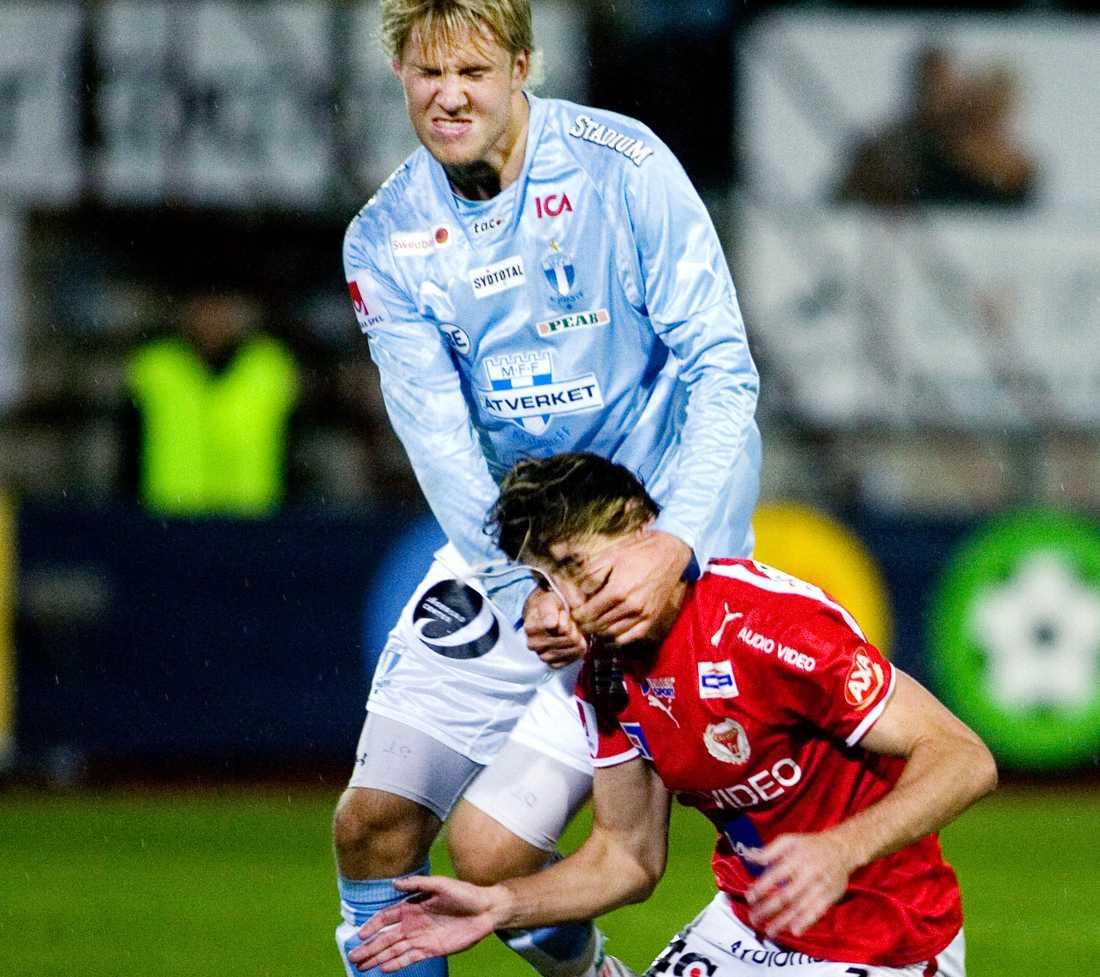 En omdiskuterad situation var när MFF:s Ola Toivonen slog till brassen Cesar Santin i ansiktet.