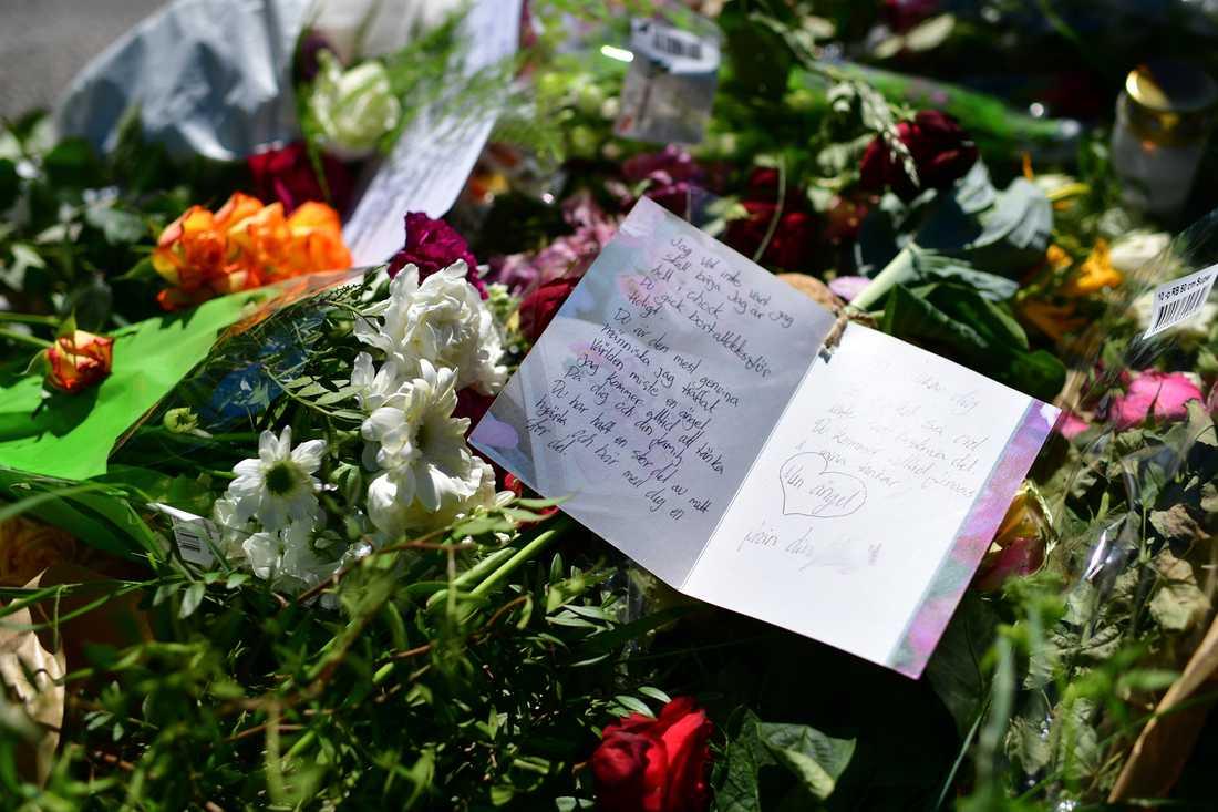 """Familjen har besökt olycksplatsen flera gånger under de senaste dagarna. I torsdags föll Josefs mamma Hala Al-Hamadi ihop vid minnesplatsen som skapats alldeles intill spåren. """"Det var väldigt jobbigt, men vi ville gå dit ändå för att hedra vår son"""", säger pappa Mohammed Al-Wendawi."""