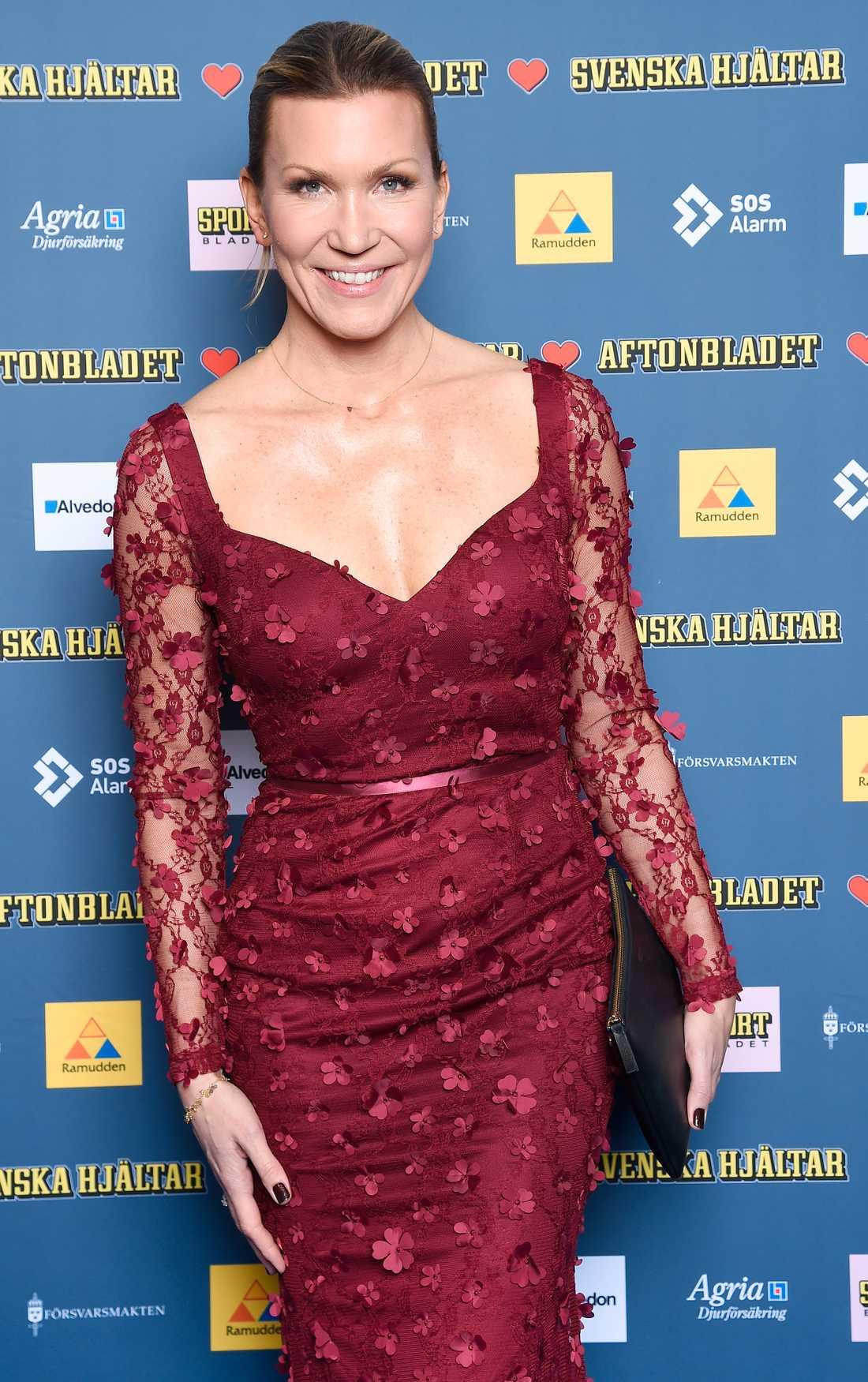 """Jenny Alversjö tog hem titeln som bäst klädda kvinna på galan. """"Hon har en skir och smickrande klänning i vinterns hetaste färg. Men de små blomapplikationerna får en att längta efter våren. Helt rätt på röda mattan en sådan här kväll!"""", säger Aftonbladets modeexpert Jenny Alexandersson."""