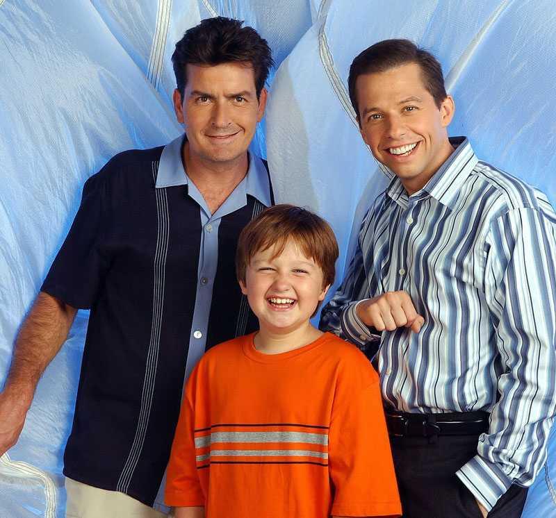 2 OCH 1/2 MÄN Charlie Sheen, Jon Cryer och Angus T. Jones som Charlie, Alan och Jake i succéserien.