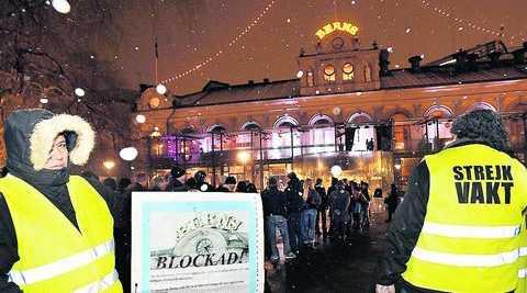 TYSTADE – AV POESI När Poesifestivalen slog klackarna i taket på Berns tog de ställning mot de protesterande städarna och poeterna i snön utanför, skriver Emil Boss, SAC. (Bilden togs förra året när blockaden av nöjespalatset i Stockholm inleddes)