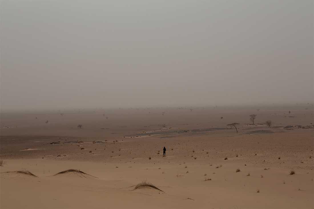 """En Polisariosoldat står på sin post i öknen, tio mil sydväst om staden Mijek i de Polisariokontrollerade """"befriade områdena"""". Foto: Johan Persson"""
