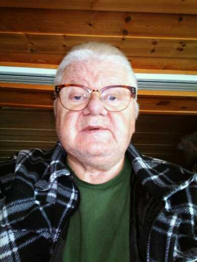 Ulf Ihrén, 68,  tvingas betala 1300 kronor i böter. Han anklagas för att ha felparkerat sin snöskoter i Stockholm. Skotern är dock avställd sedan 1995.