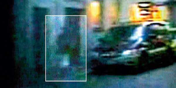 EN SUDDIG GESTALT På filmsnutten från övervakningskameran, som var uppsatt på en byggnad tvärs över gatan från tygaffären, ser man en kvinna i rosa byxor och svart jacka. Den här kvinnan har polisen letat efter i snart fyra år.