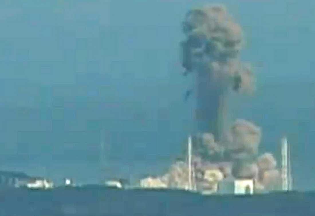 Fukushima Ett femtiotal arbetare kämpar fortfarande med att få kontroll över de skador som kärnkraftverket Fukushima drabbades av när en 14 meter hög tsunamivåg drabbade bygget. Bilden är från en av katastrofens första dagar.