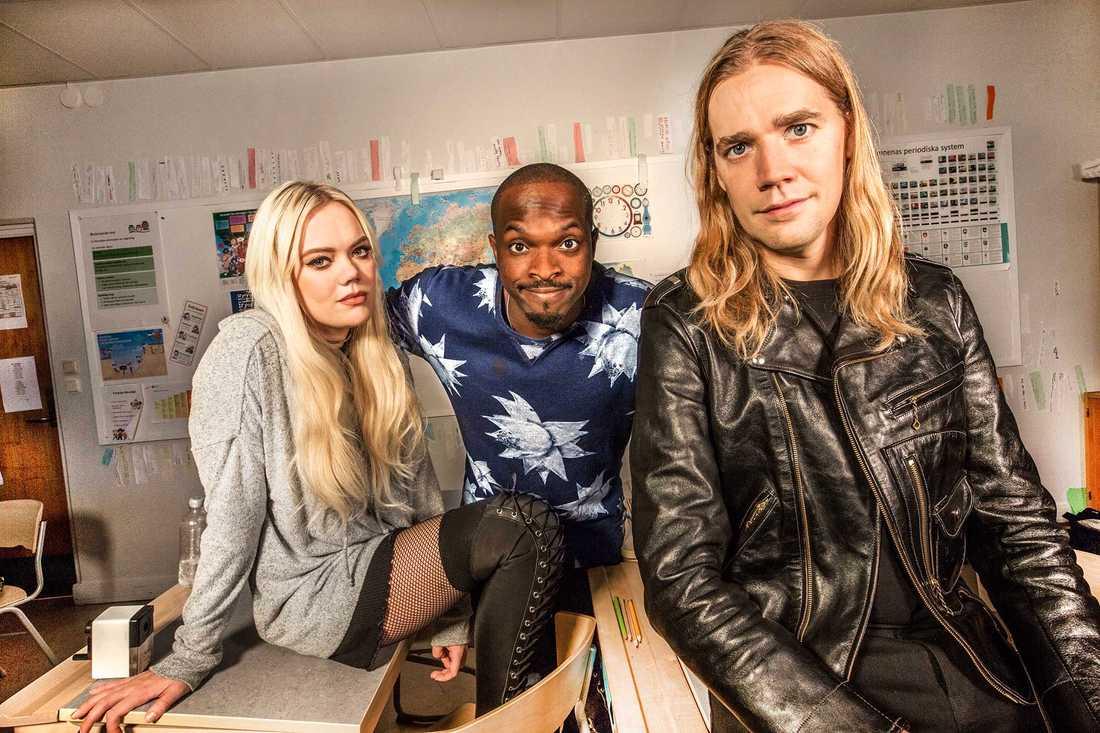 Pelle Almqvist från The Hives (till höger) kan släppa ett soloalbum. 2016 programledde han Musikhjälpen ihop med Little Jinder och Kodjo Akolor.