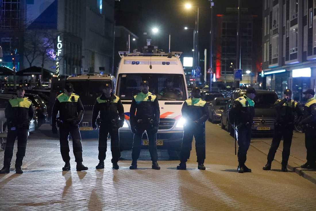 Polisbevakning i samband med turkiskt valmöte i Rotterdam, Nederländerna.