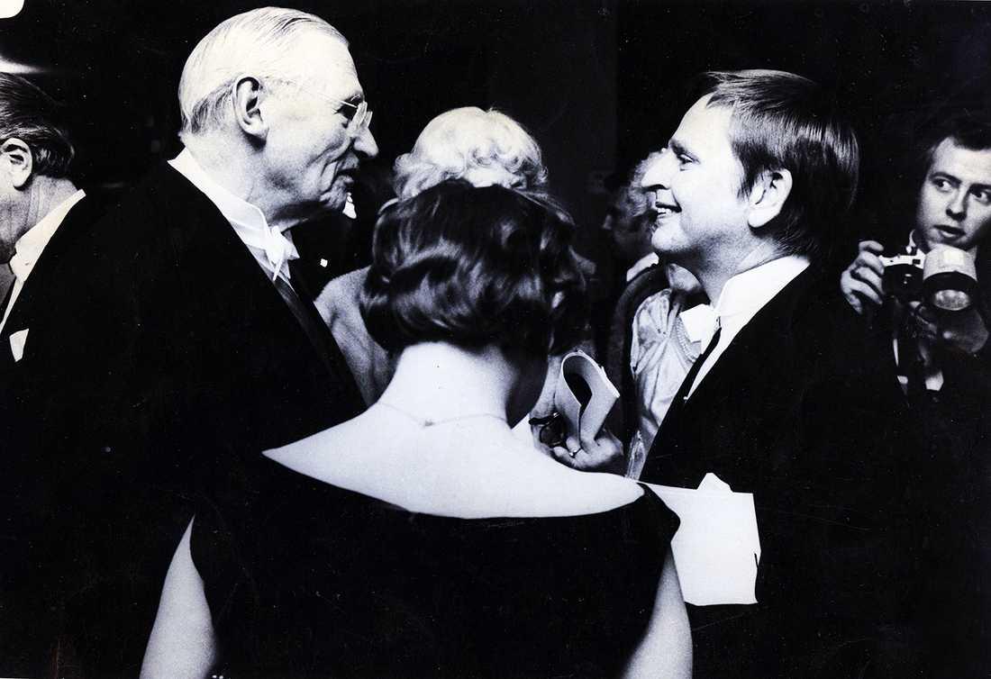 1982. Marcus Wallenberg vd för Stockholms Enskilda bank, ledande industriman. Här i samtal med Lisbet och Olof Palme.