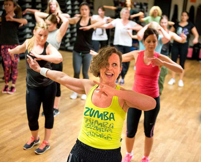 """NER FEM STORLEKAR Sommaren 2011 började Monica Thelander dansa zumba, och snart började kilona rasa. Sedan dess har hon gått ner fem storlekar – från 46 till 36. """"Det var ren och skär träningsglädje"""", säger Monica om de första gångerna hon dansade. Nu tränar hon mer än någonsin – omkring tio pass i veckan – och inte bara dans."""