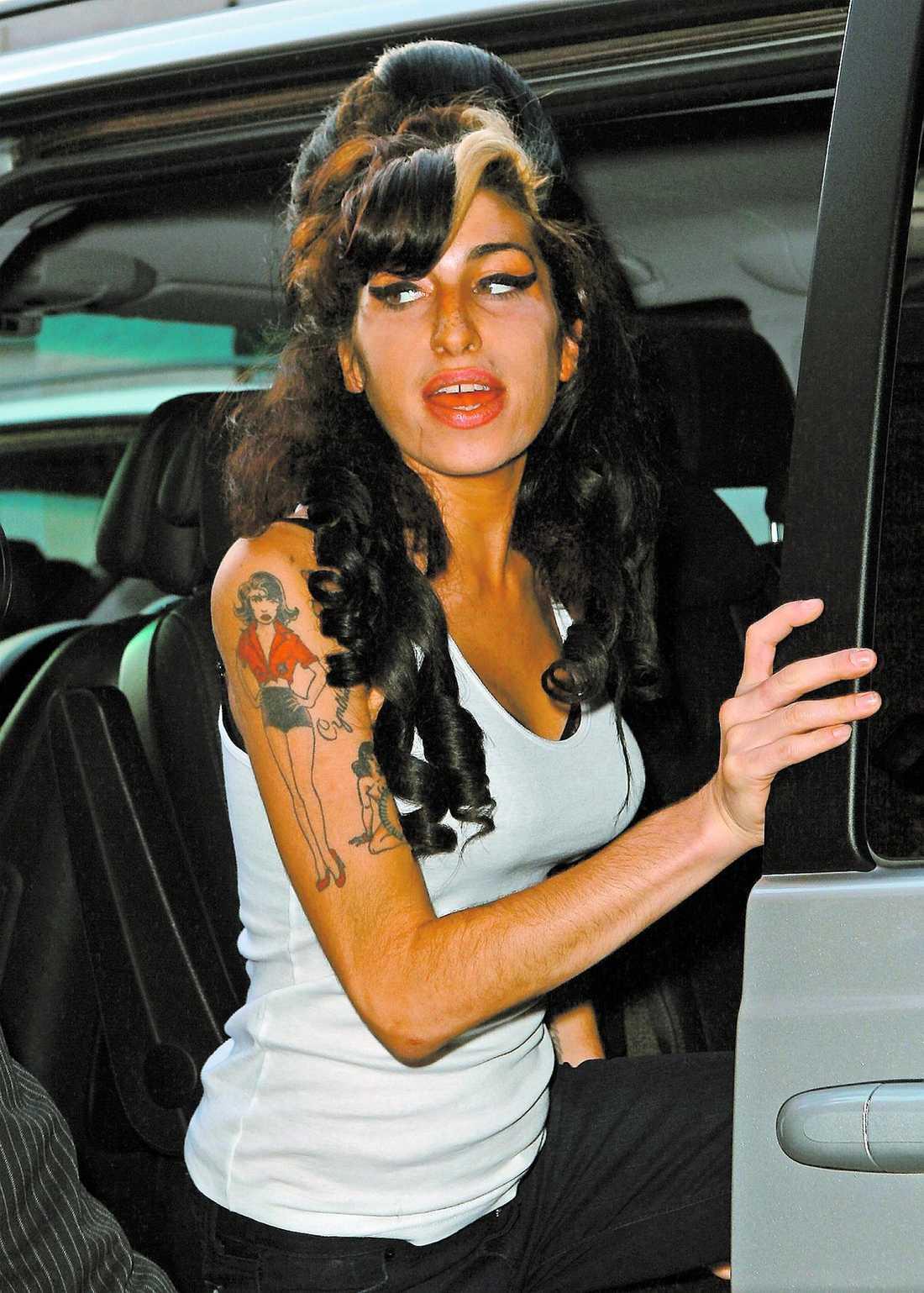 """Amy Winehouse lämnar kliniken i London där hon enligt uppgifter i hemlighet genomgått en bröstoperation. """"Jag är trött på att stoppa näsdukar i bh:n"""", sa sångerskan till en annan patient."""
