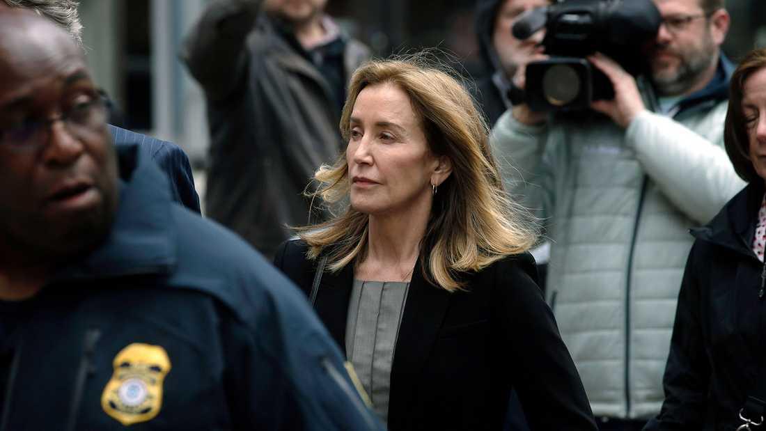 Felicity Huffman anländer till domstolen i Boston den 13 maj.