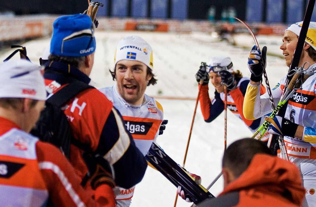 Jubel i målfållan efter Mats Larsson, Sverige, tagit VM-silver. Förbundskapten Inge Bråten gratulerar.