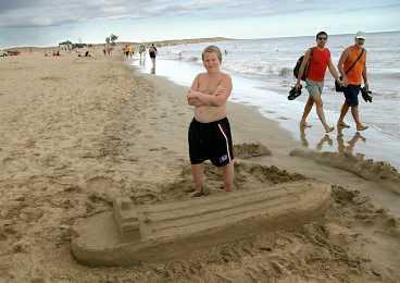 Hess Livio, 11 år, har byggt en tanker på playa Maspalomas.