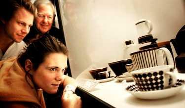 med antikvitet i blick Vem har inte kastat ett girigt öga mot den där vasen du fick ärva av mormor, med förhoppning om dess dolda värde? Här suktas det efter Stig Lindbergs åtråvärda porslin.