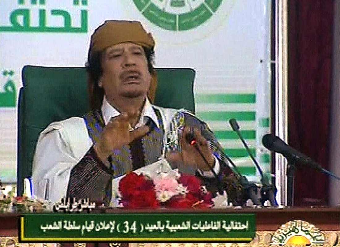 """15.05 Själv har han inga rikedomar, säger han, efter att flera länder hävdat att de har frusit hans bankkonton: """"Mina rikedomar är det libyska folket – jag har inga tillgångar – jag ser ingen stolthet i att ha amerikanska dollar""""."""