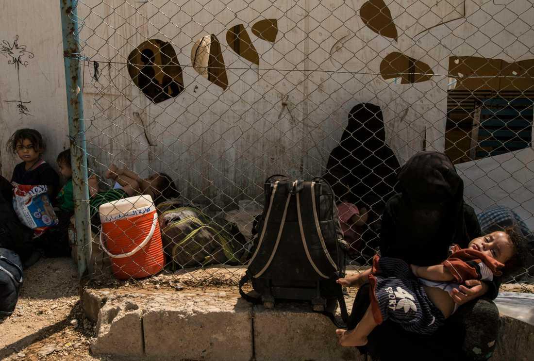 Kvinnor och barn som är släktingar till IS-stridande i flyktinglägret al-Hol i Syrien. Arkivbild.
