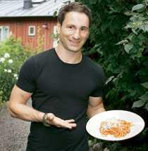 """""""Min fru tycker nog att vi äter pasta lite för ofta"""" säger Paolo Roberto, som lagar maten hemma."""