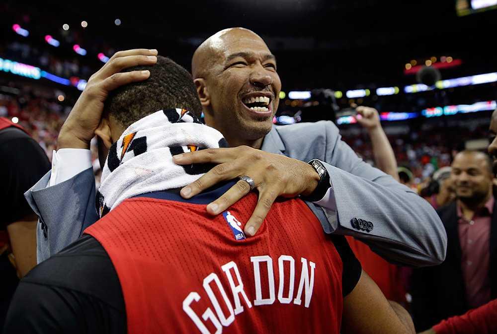New Orleans Pelicans huvudtränare Monty Williams firar med guarden Eric Gordon.