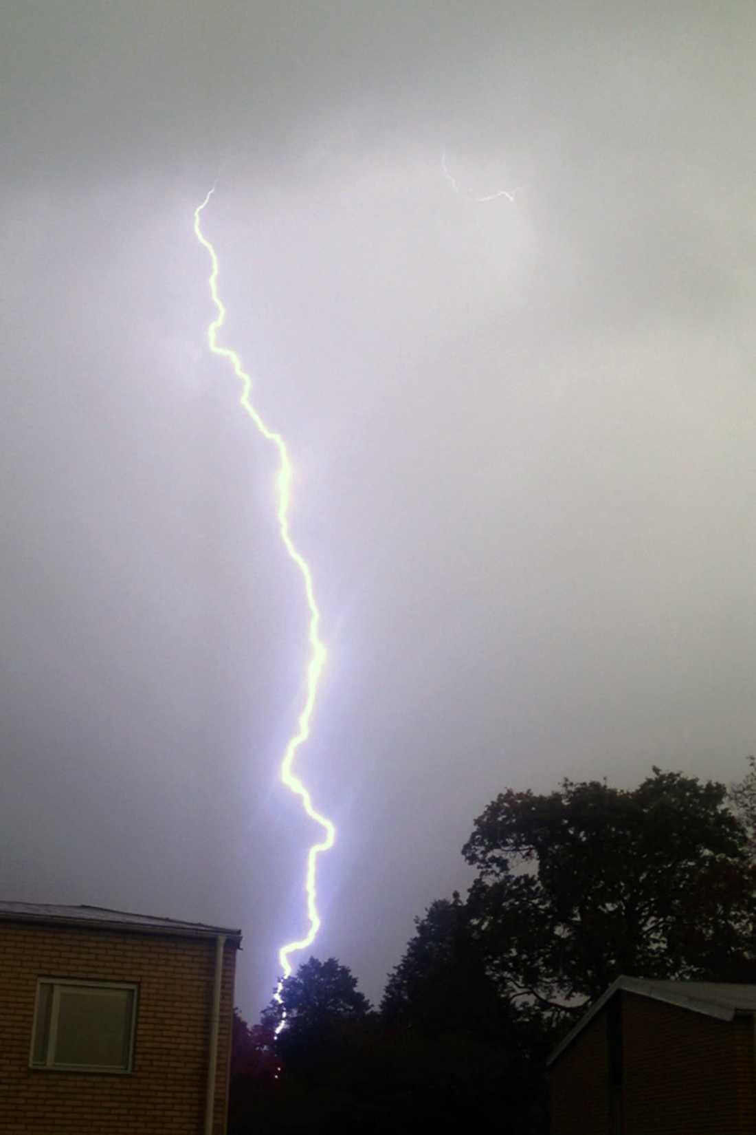 I Jönköping träffades en flicka av blixten - när hon satt hemma i soffan med datorn i knäet. OBS! Bilden visar ett tidigare blixtnedslag.