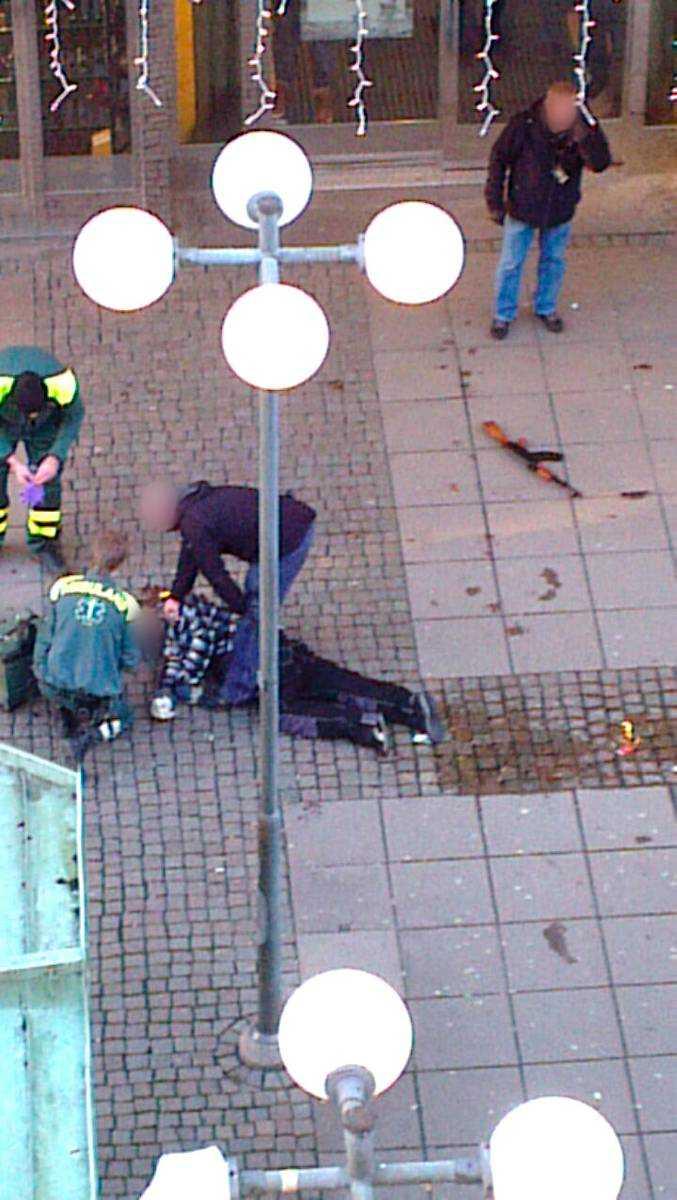 En av rånarna sköts i huvudet av polisen i centrala Södertälje. Först sa polisen rånarna använt naturtrogna kopior av vapen. Men nu menar polisen att rånarna avlossat minst ett skott med skarpt vapen.