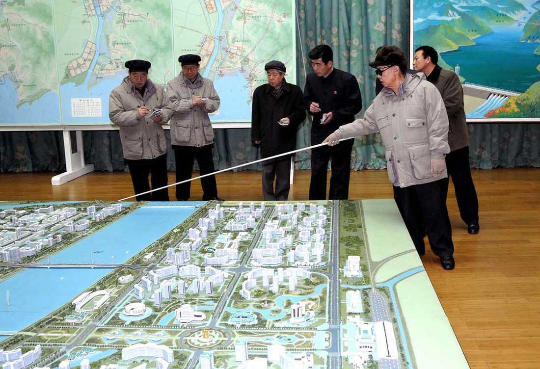 KIM TITTAR PÅ STAN Det Den Käre Ledaren inte vet om stadsplanering och industriinstallationer är inte värt att veta.
