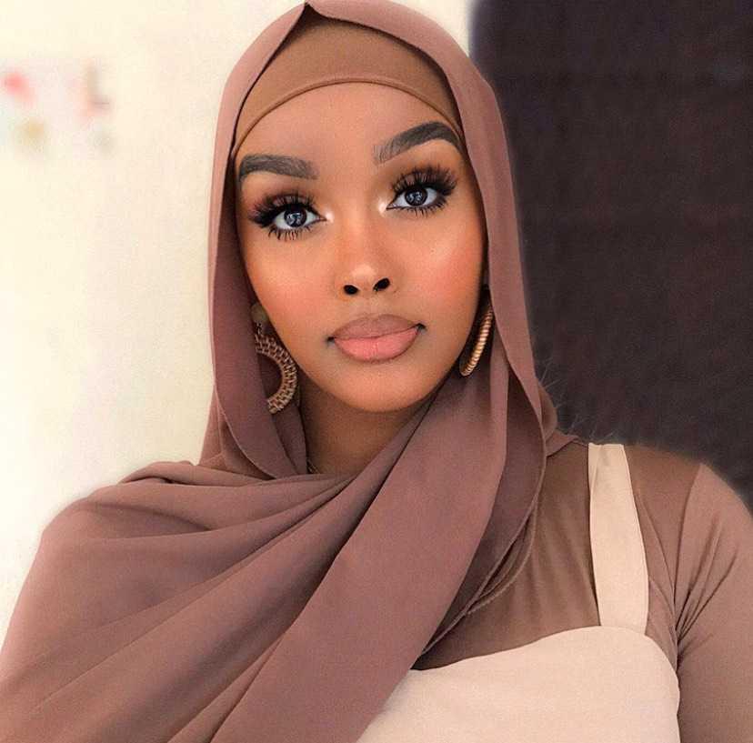 – Det är absurt att tänka att jag kan bli dödad på grund av min hy, säger Edna Abdiaziz, youtuber och skömhets-influencer.