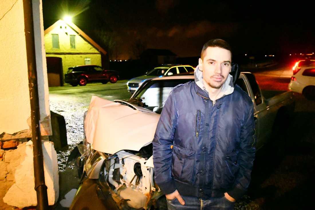 Daniel Valsberg, 32, tittade på film med kompisar när epa-traktorn kraschade in i väggen.
