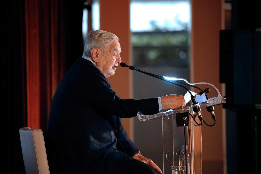 Mångmiljardären George Soros överlevde Förintelsen. Nu kämpar han bland annat för  yttrandefrihet och jämlikhet och har skänkt astronomiska summor till hjälporganisationer. Men han har även investerat pengar i kolföretag och mötts av protester.