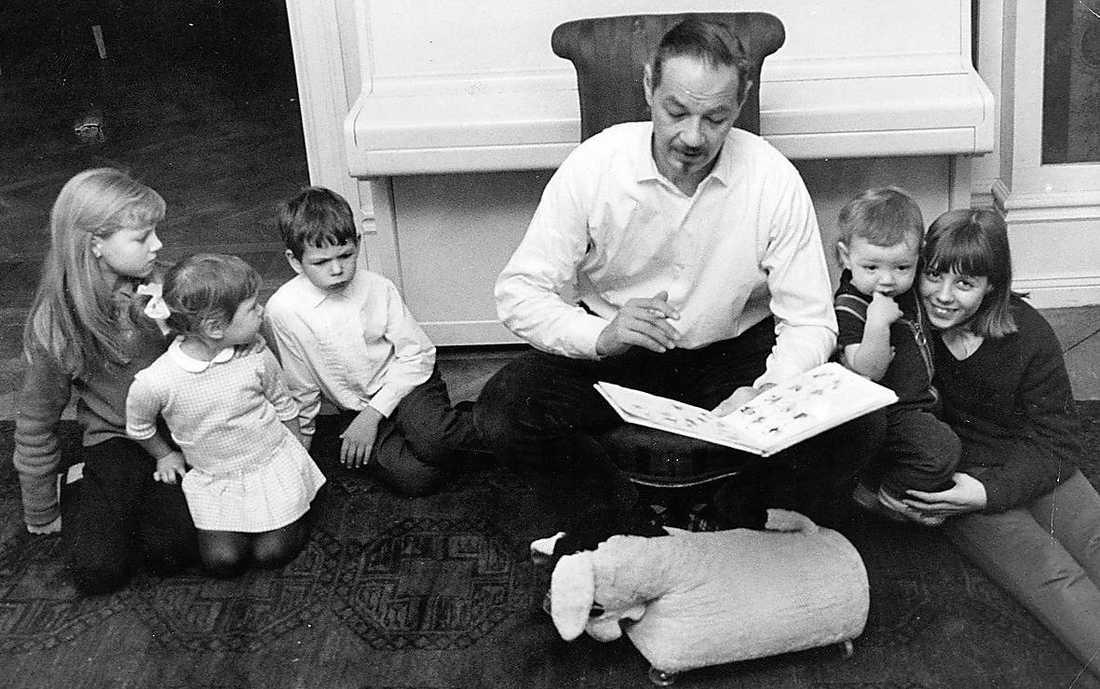 Binder ihop familjen Lennart Hellsing läser för sina barn 1965. Han säger att de är en anledning till att äktenskapet med Yvonne Lombard har varat i över 60 år.