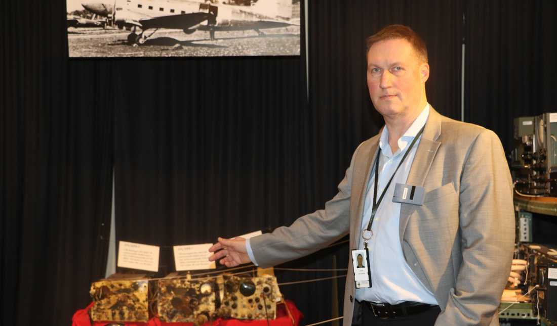 John Ahlmark visar originalutrustningen i den DC 3 Skytrain som Sovjetunionen sköt ner över Östersjön 13 juni 1952. Besättningen på åtta man omkom.