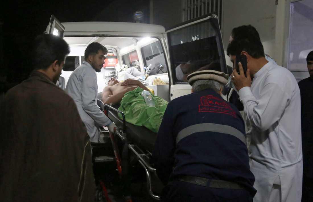 En självmordsbombare utlöste en bomb på ett bröllop i Afghanistans huvudstad Kabul och dödade minst 63 människor.
