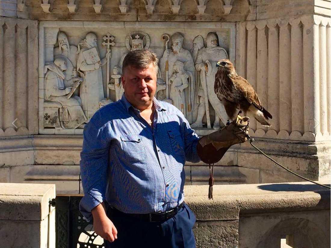 Patrik Brinkmann med rovfågel.