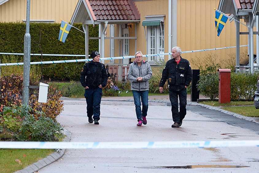 Tre poliser syns i villaområdet där skjutningen skedde.