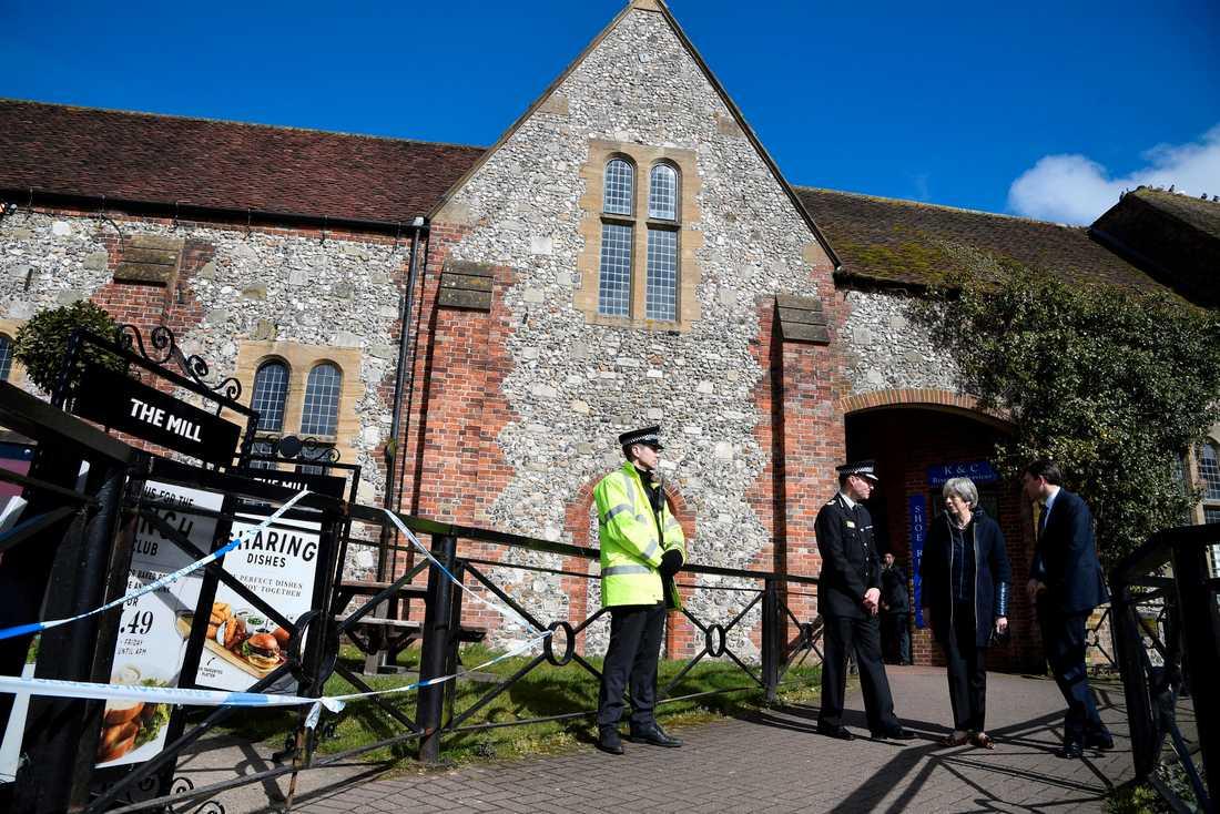 Polisavspärrningar utanför en pub i Salisbury där ryske ex-agenten Sergej Skripal och hans dotter misstänks ha blivit förgiftade i fjol. Arkivfoto.