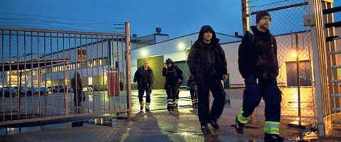 vägrar ta ansvar Saabarbetare lämnar skiftet på fabriken i Trollhättan. Om Saab försvinner är det en katastrof för tusentals människor. Men Maud Olofsson vägrar ta något ansvar.