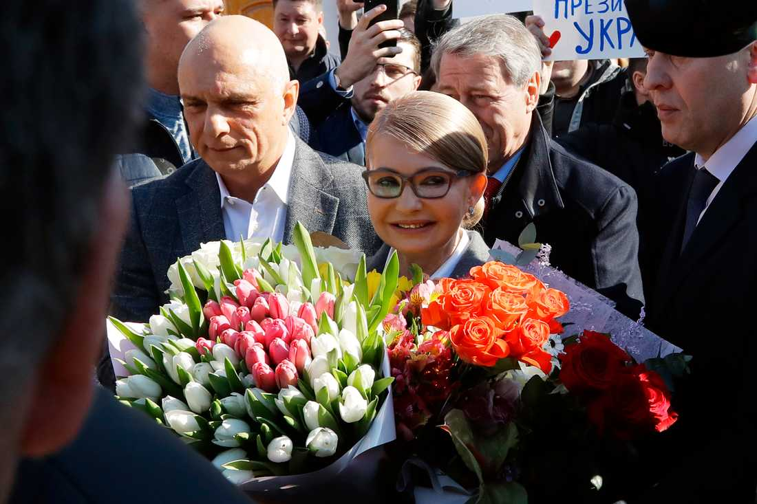 Förra premiärministern Julia Tymosjenko lämnar vallokalen på söndagen.
