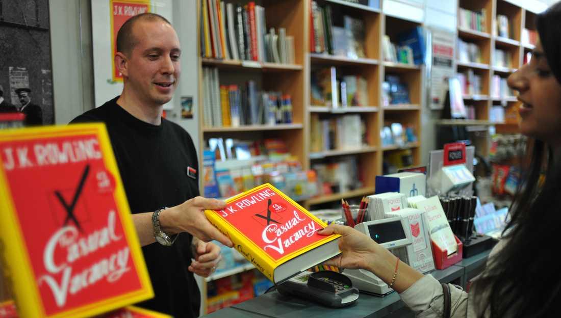 Förväntningarna på JK Rowlings nya bok har varit stora. Bokhandlare i Storbritannien har laddat upp med stora volymer.