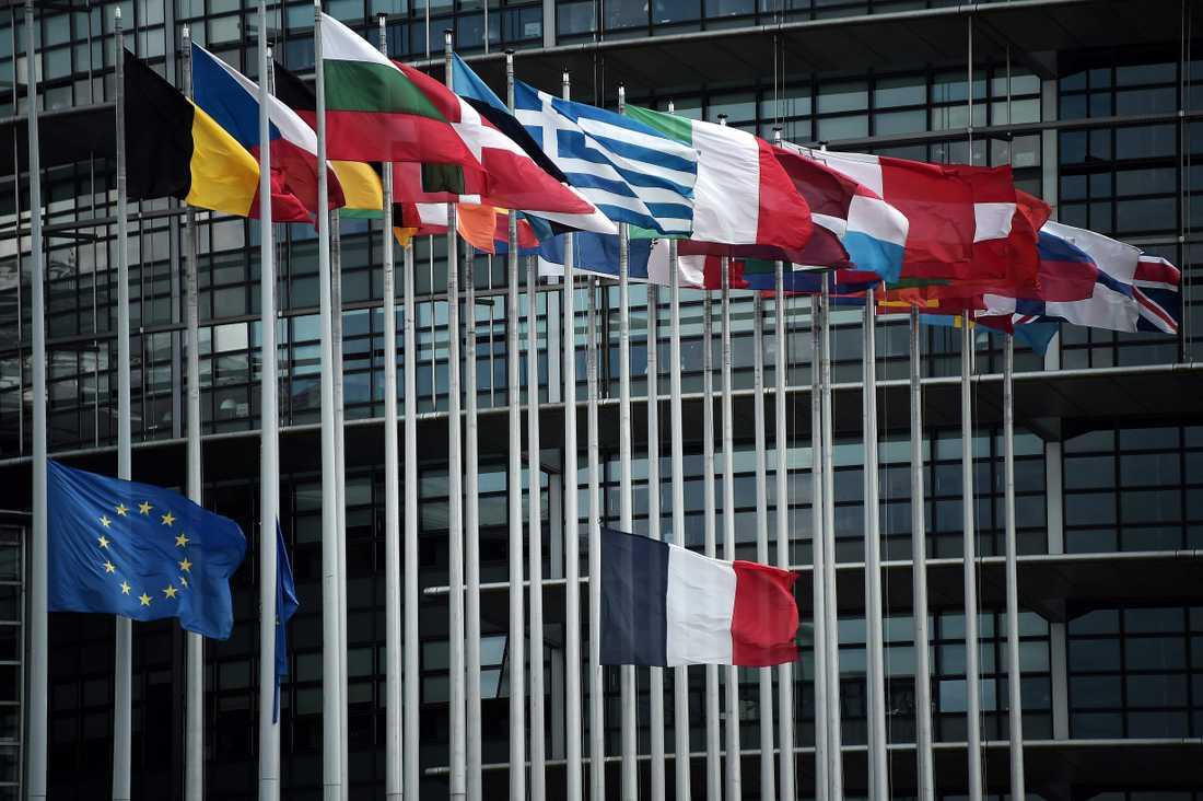 Frankrikes och EU:s flaggor vajar på halvstång vid det europeiska parlamentet i Strasbourg i Frankrike.