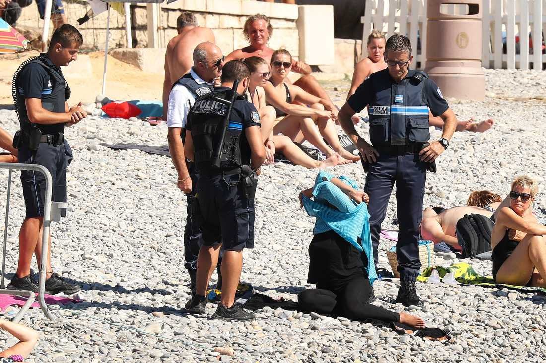 Händelsen inträffade mitt på stranden i den franska semesterorten Nice.