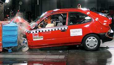 FÖRAREN DÖR Ett nytt krocktest med en av Sveriges vanligaste bilar från mitten av 90-talet, en Toyota Corolla -94, visar att föraren skulle dö, bli fastklämd eller få livshotande skador vid en frontalkrock i en hastighet lite över stadstrafik med samma bilmodell fast av nyare årgång.