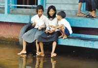 Att kolla in turister är jättekul för barnen nere vid sjön.