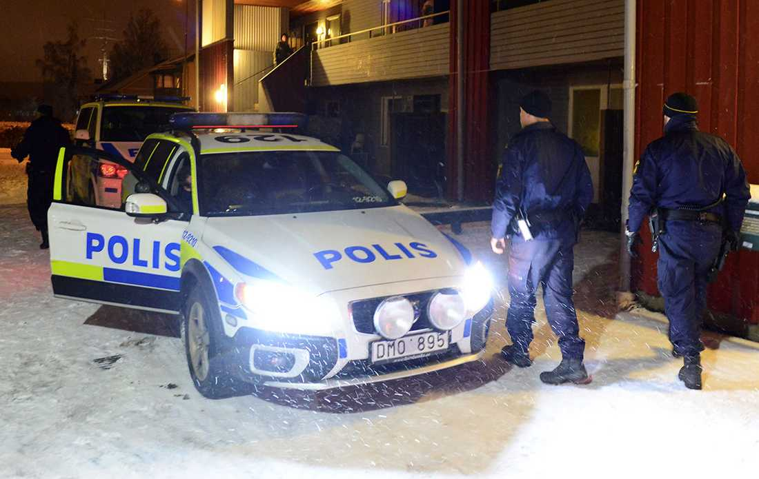 Polis vid boendet i Boliden där mannen greps.