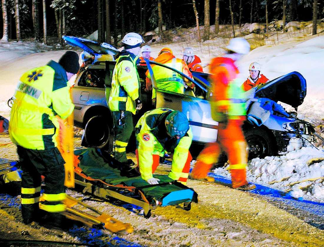 SNURRADE NER I DIKET När 45-åringen kastade sig över ratten försökte hans sambo hålla emot. Hon lyckades. I stället för att frontalkrocka med den mötande långtradaren körde familjens bil in i dess sida – och snurrade sedan ner i diket. Passagerarna klämdes fast, men skadades inte.