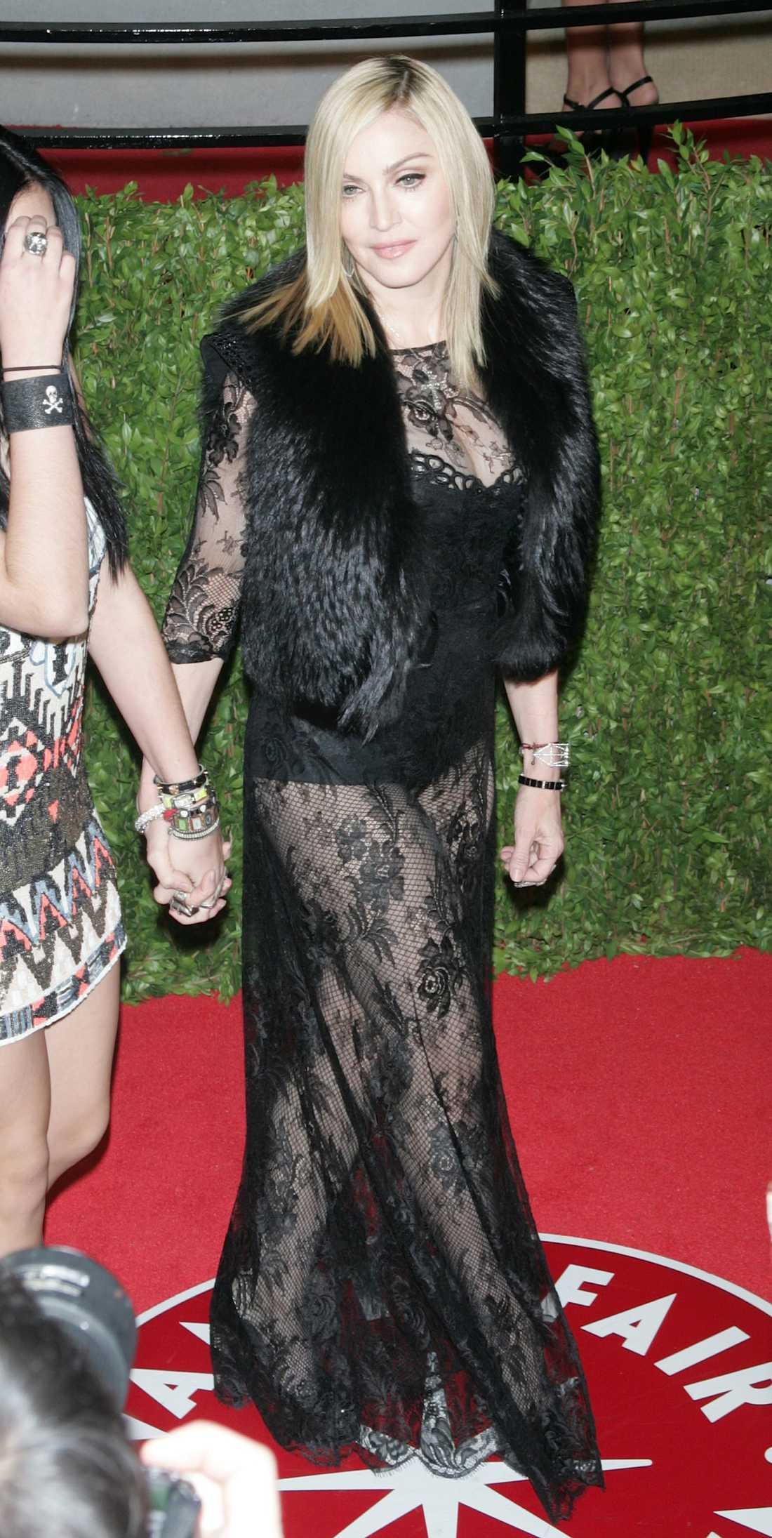 Popfenomenet Madonna, 53, hakar alltid på trender. Därför är hennes favoritöverdel just nu fluffig.